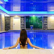 בחורה טובלת בבריכה - ספא חמת קיסר