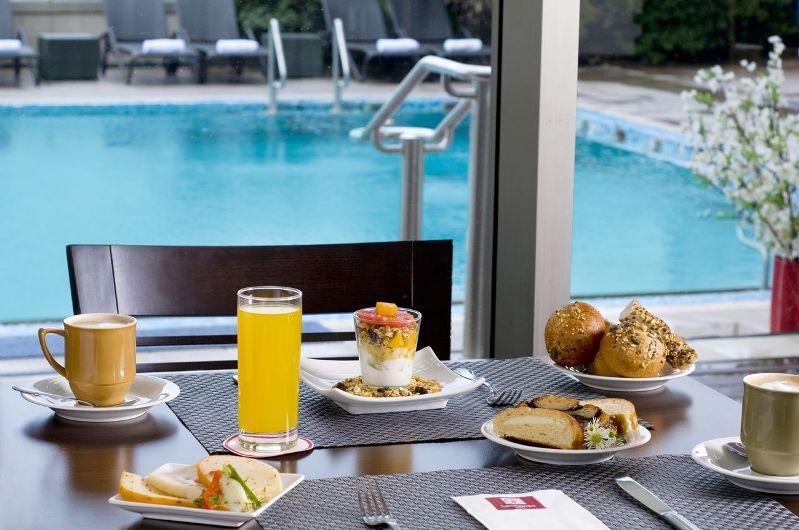 ארוחת בוקר במלון - אטלנטיס ספא