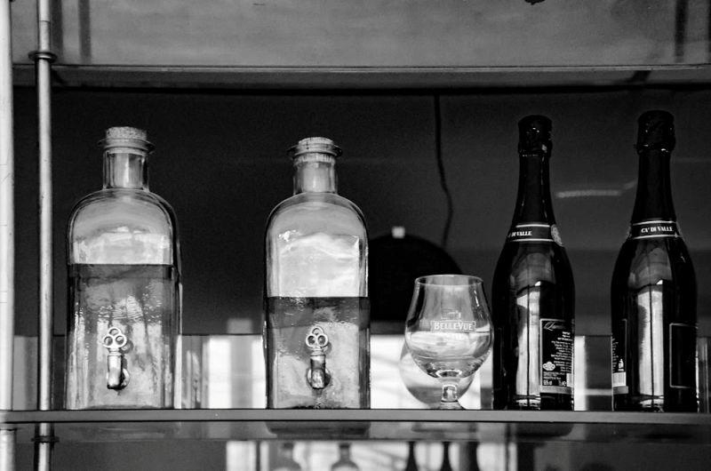 בקבוקי אלכוהול במתחם הבר - ספא פולג
