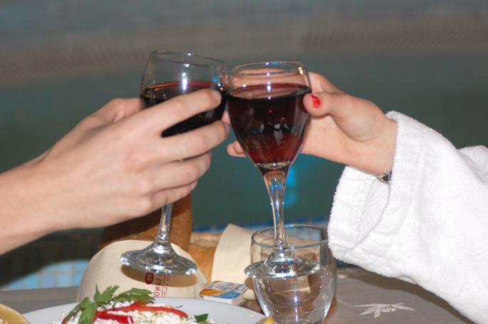 זוג שותה יין - ספא מנדרין קראון פלזה