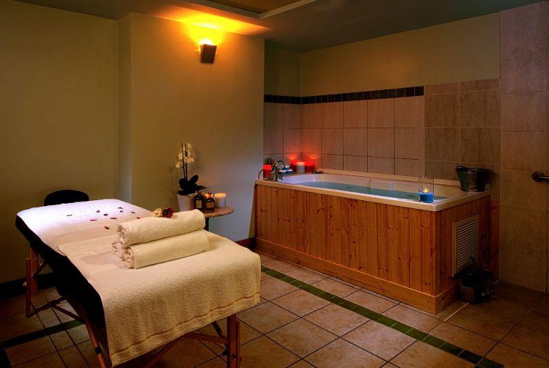 חדר טיפולים עם אמבט - ספא חמת קיסר