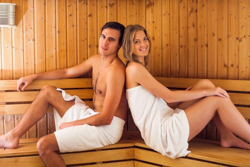 זוג יושב גב אל גב בסאונה - סי סייד ספא