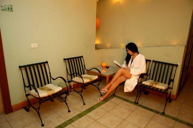 בחורה בחדר המתנה - ספא בחמת קיסר